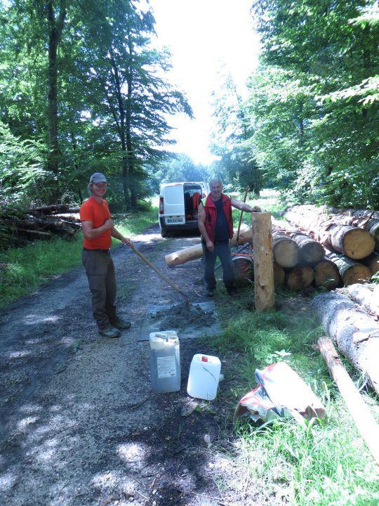 Travaux en forêt par le bûcheron et les employés du SIGFRA