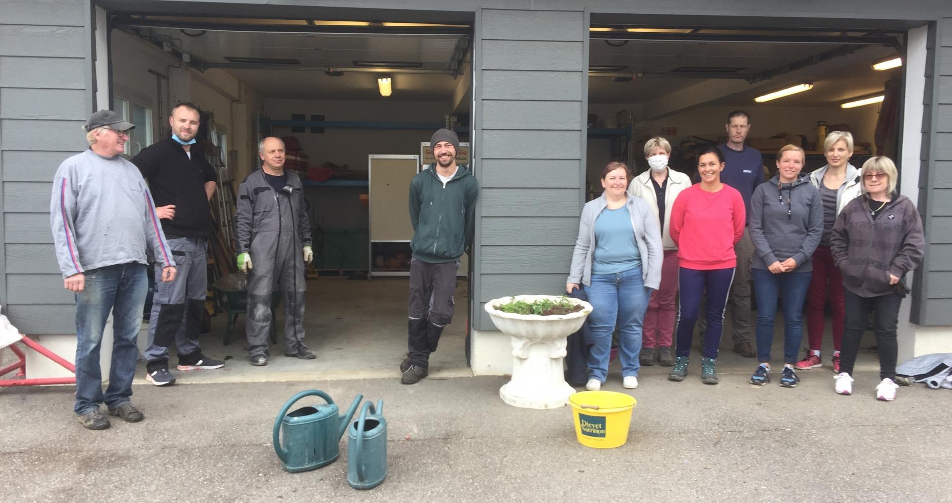 L'équipe de fleurissement du village le 15 mai